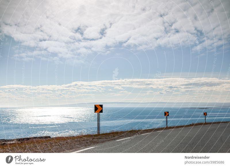 Küstenstraße auf Varanger in der Finnmark von Norwegen meer varanger küste kurve fahren aussicht schild zeichen glitzern sonne sommer reisen urlaub reflexion