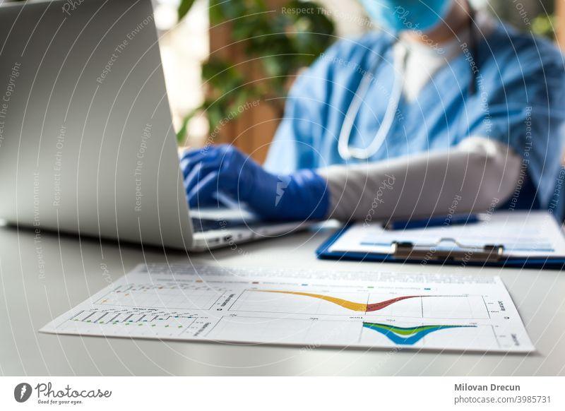 Arzt arbeitet am Laptop in einem Büro 2019-ncov Analyse Pflege Fall Tabelle Konzept ansteckend Korona Coronavirus covid-19 Kurve Daten Tod Schreibtisch