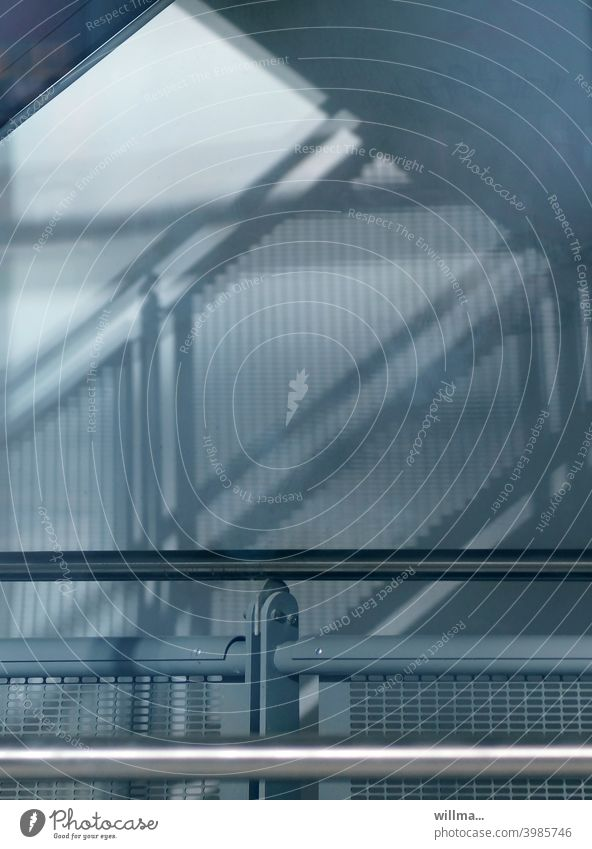 Personenführungselement Geländer Schatten Licht Handlauf Schattenspiel Treppengeländer grafisch aufwärts Karriere hinauf Sicherheit Treppenhaus