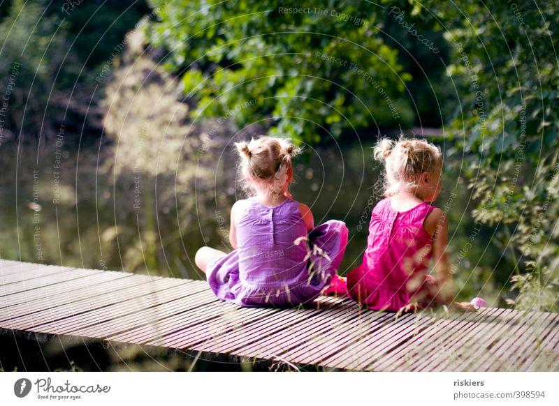 zweisam einsam Mensch Kind Natur grün Sommer Erholung Mädchen Wald Umwelt feminin See natürlich rosa Park blond Kindheit