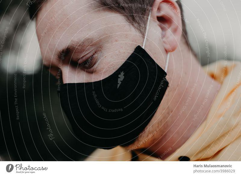 Mann mit Gesichtsmaske Großaufnahme Erwachsener blond Bokeh Berühmtheit abschließen Konkurrenz Korona Coronavirus covid-19 Seuche Garage Typ Kopf Infektion