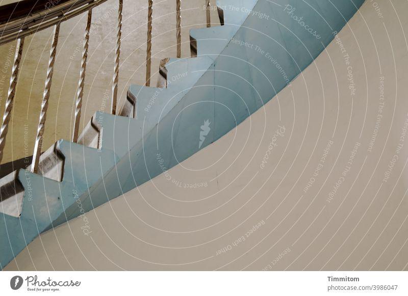 Stufe für Stufe im Leuchtturm hinauf Treppe Wendeltreppe Treppenstufen Geländer Handlauf Holz Metall blau hoch Innenaufnahme geschwungen Linien