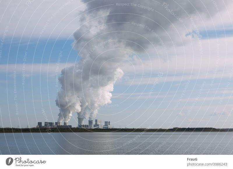 Wolkenmacher- Kraftwerk mit rauchenden Schloten See Seeufer Kohlekraftwerk Braunkohle Stromkraftwerke Rauch Schornstein Energiewirtschaft Industrie