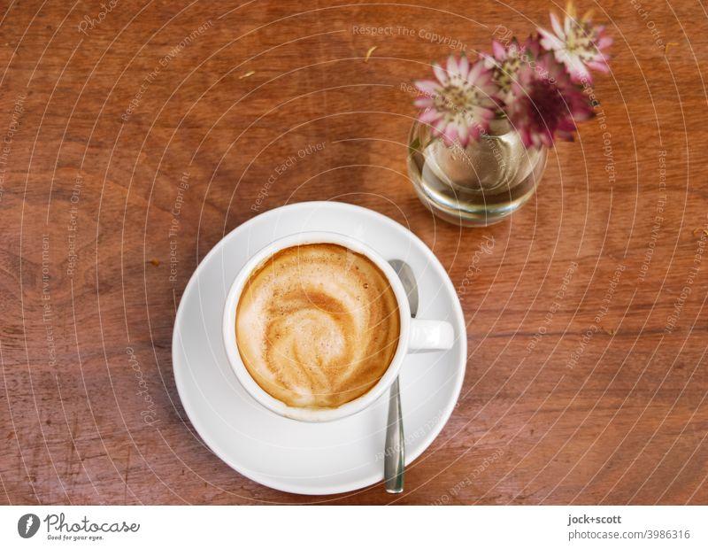 Kaffeebild mit Blümchen vor dem trinken und schmecken Tasse Kaffeetasse Kaffeepause Heißgetränk Café Kaffeetrinken Tischplatte Blumenvase Schnittblume
