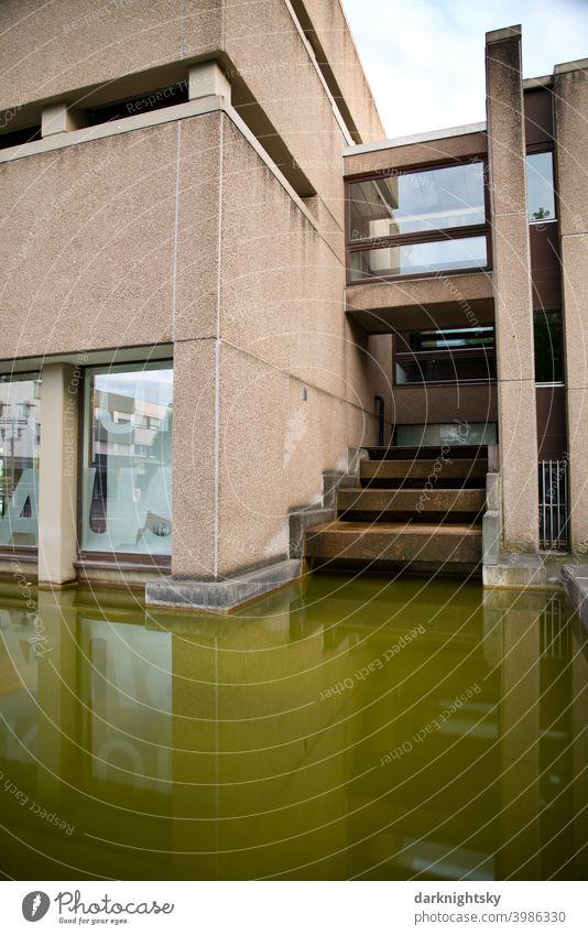 Moderne Architektur aus Beton und mit einem Brunnen Brutalismus brut Gebäude Fassade Haus modern Außenaufnahme Stadt Mauer grau Menschenleer Strukturen & Formen