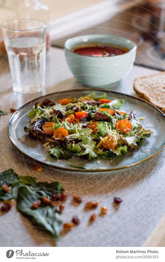 Seichter Schwerpunkt eines leckeren und gesunden Salats mit Kirschtomaten, Kopfsalat und Käse. Salatbeilage Gesundheit Mahlzeit Lebensmittel Vegetarier