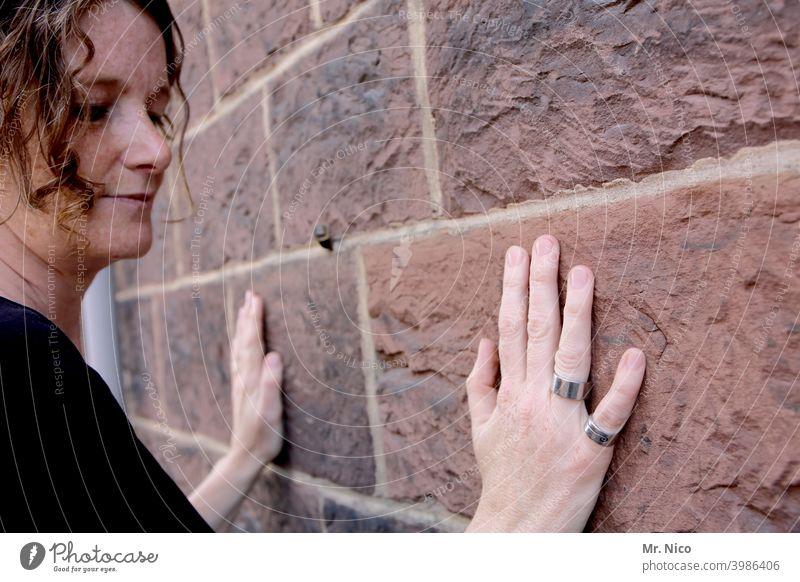 den Stein fühlen Hand Wand Mauer Finger Klagemauer Fuge Fassade Religion & Glaube vertiefen Architektur Bauwerk Gebäude Hände berühren feminin Haare & Frisuren