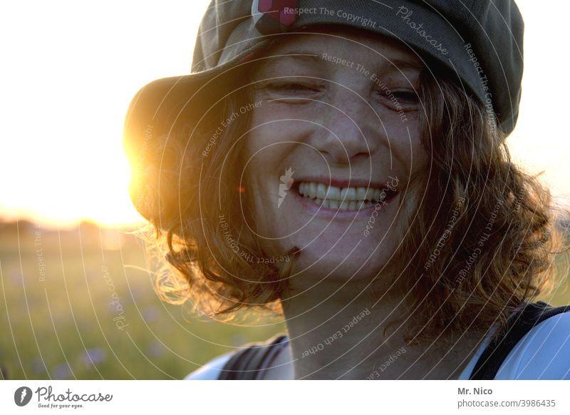Freude pur lachen Frau feminin Sommer Gesicht Sonnenlicht Mütze schön Glück Freundlichkeit Locken natürlich Zufriedenheit Lebensfreude Warmherzigkeit Vertrauen