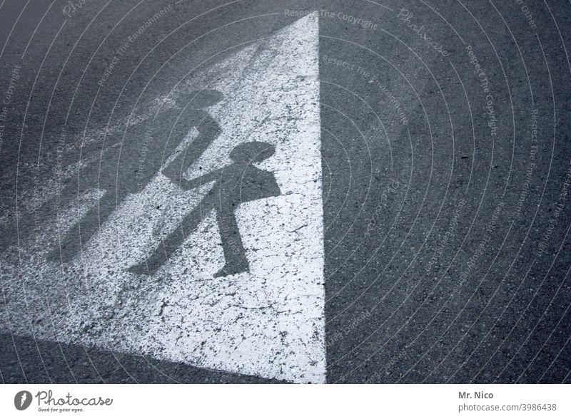 Schulweg Fußgängerübergang Straßenverkehr Schilder & Markierungen Fußweg Strichmännchen Bodenbelag Asphalt Männchen Fahrbahnmarkierung Kind Mutter