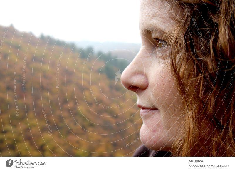 Frau mit Profil Porträt Gesicht feminin Haare & Frisuren Nase Auge Mund Blick Kopf Seitenansicht im Freien portrait neugierig nachdenklich authentisch schön