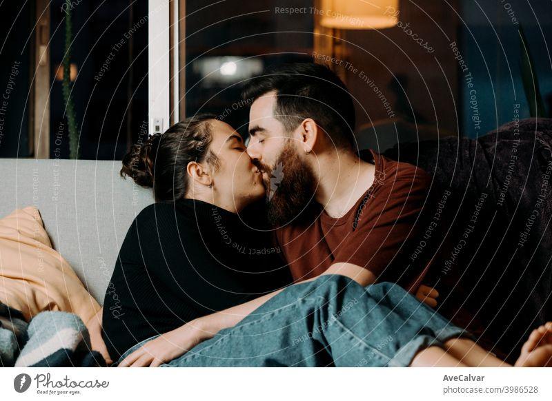 Kuss Zuneigung anhänglich kuscheln Begierde träumen umarmend Flirten Freunde Zukunft horizontal Umarmung Ehemann Küssen Lachen lebend verheiratet Leidenschaft