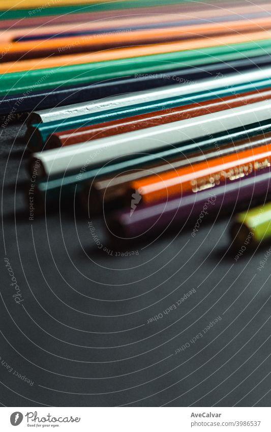 Eine Super-Nahaufnahme von einigen Farbstiften über einem dunklen schwarzen Hintergrund mit Kopierraum Tafel Farbe bunt Farben Kopierbereich lehrreich