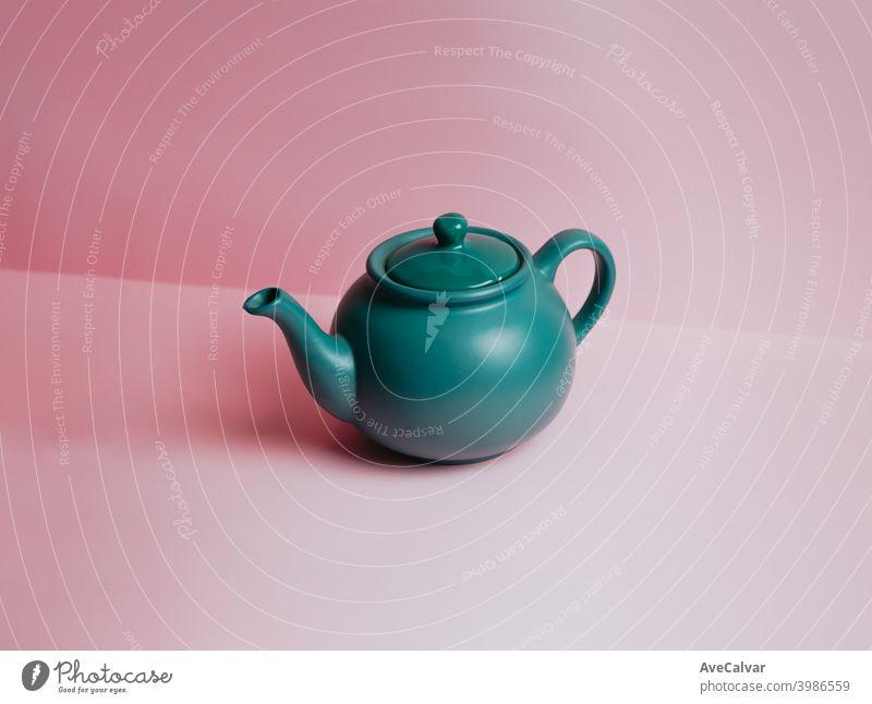 Eine minimalistische blaue Teekanne über einem pastellrosa Hintergrund mit Kopierraum konzeptionell Kopierbereich Marketing karg graphisch Reichtum Idee