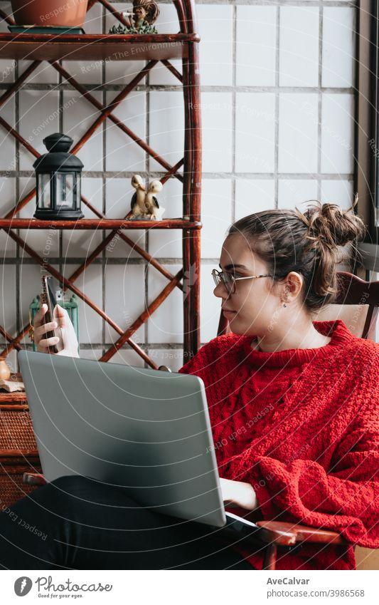 Nahaufnahme einer jungen Frau arbeitet an seinem Laptop und macht einen Anruf auf einem indie modernen Haus Dokumente horizontal Job lebend entspannt forschen