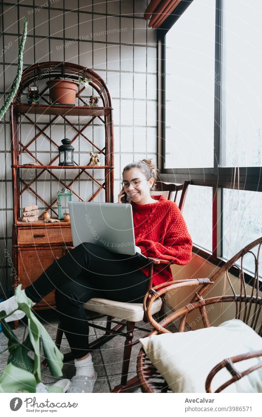 Junge Frau arbeitet an seinem Laptop und macht einen Anruf auf einem indie modernen Haus Dokumente horizontal Job lebend entspannt forschen gelungen Lehrer