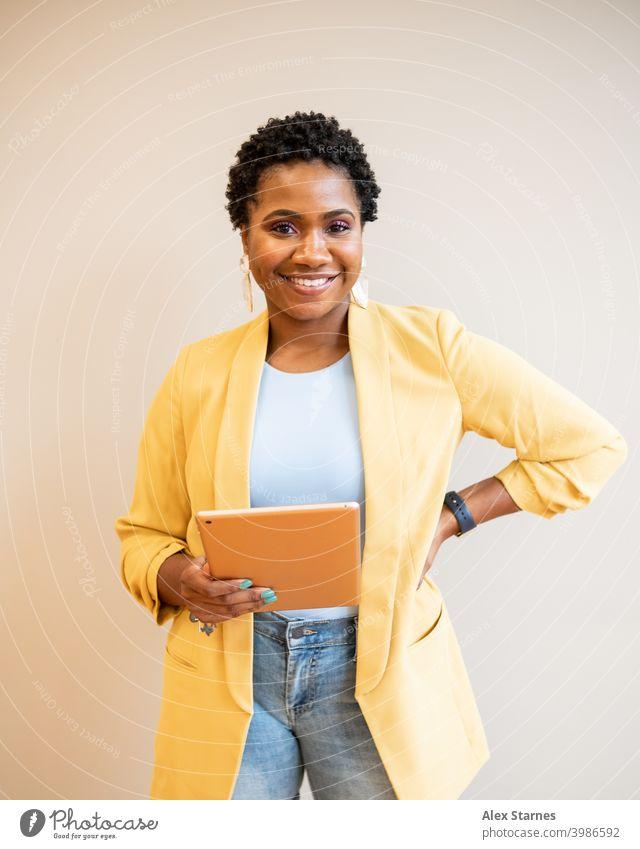 Unternehmer hält Tablet mit Hand auf der Hüfte Technik & Technologie Tablet Computer Tablette Mode schwarz Frau Kopfschuss Lifestyle Blogger digital heimwärts
