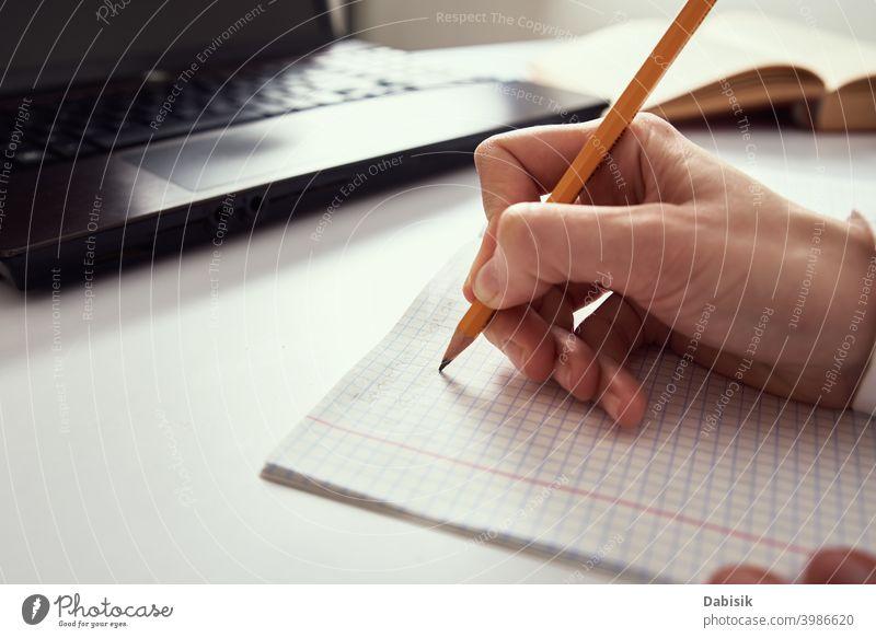 Fernarbeit. Frau macht Notizen in Notebook und mit Laptop für die Studie. Fernunterricht und E-Learning-Konzept online abgelegen Entfernung Arbeit Bildung