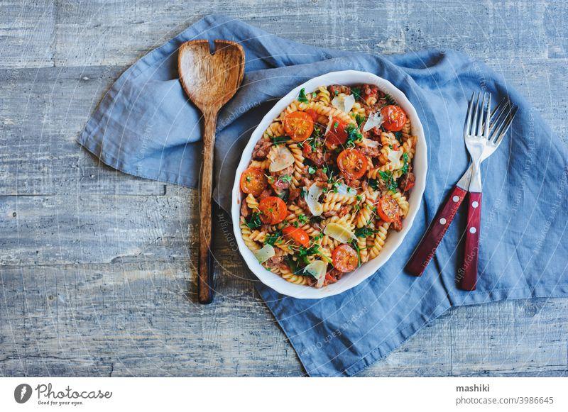 schmackhaftes Komfortessen kochen - italienische Fusilli-Nudeln mit Fleischsoße, Kirschtomaten und Käse überbacken Tomate Spätzle Lebensmittel Spiralnudel