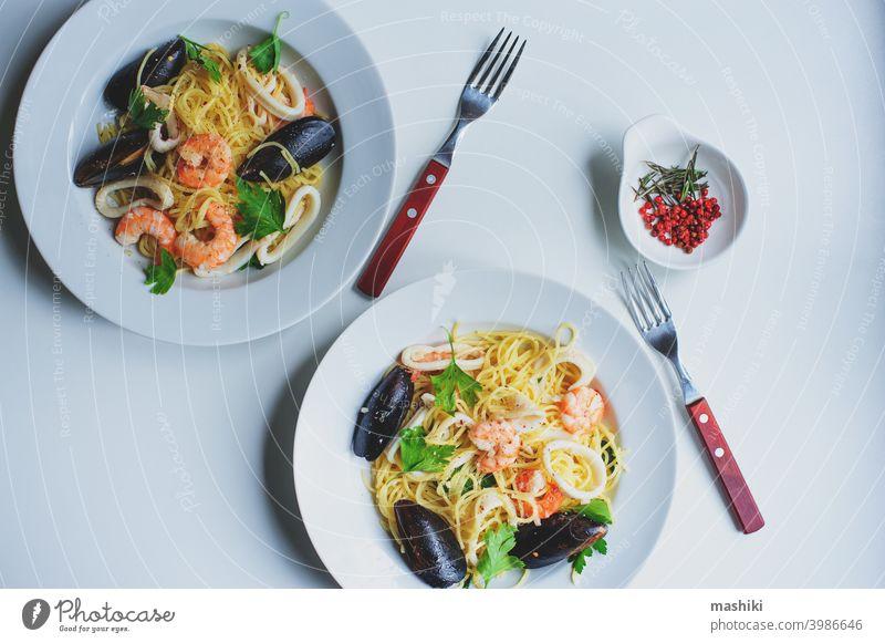 leckere Gourmet-Pasta mit pikanten Meeresfrüchten, Garnelen, Tintenfisch und Muscheln, gekocht mit rosa Pfeffer und Thymian Spätzle Lebensmittel Spaghetti