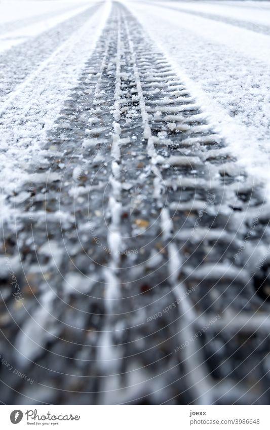 Lange Spur eines Reifenprofils im neuen Schnee auf der Staße Reifenspur Profil Schneespur Abdruck Straße Winter Spurbreite Eis Perspektive Reifenspuren Farbfoto