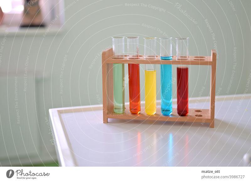 Reagenzgläser mit bunten Flüssigkeiten Reagenzglas Schule Bildung Chemie Unterricht Experiment Farbstoff Farbe Labor Studium Wissenschaften lernen