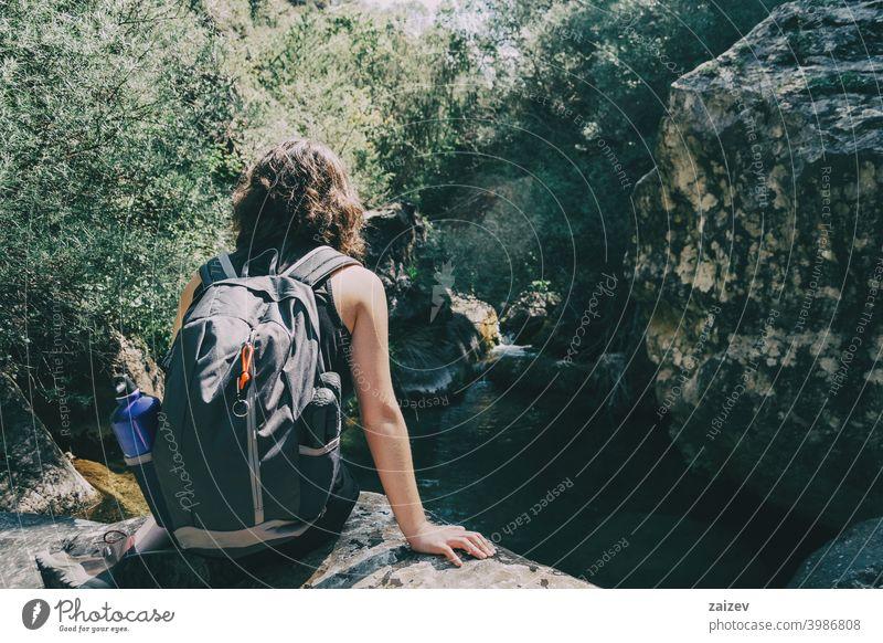 Mädchen sitzend mit Blick auf die Aussicht auf die Prades-Berge, Tarragona. la febró prades Katalonien Spanien im Freien mittelgroß Textfreiraum Farbe Menschen