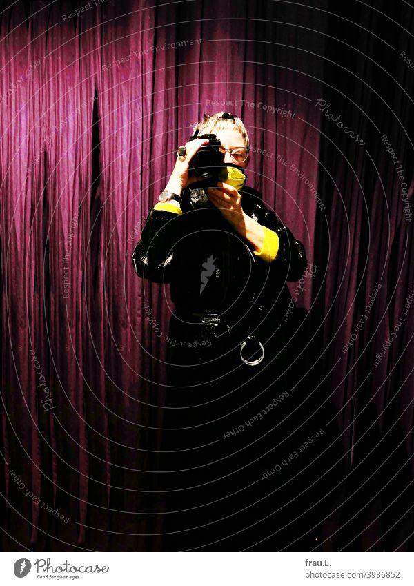 Pandemieselfie Innenaufnahme Mantel Lackmantel Alltagsmaske Corona Atemschutzmaske Vorhang Mundschutz Selfie fotografieren Frau posieren Spiegel