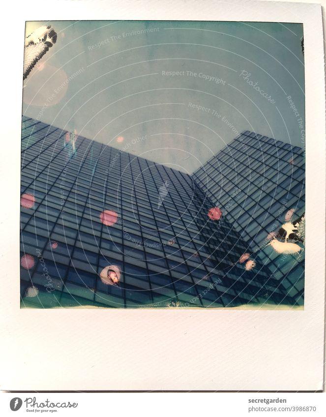 die Punkte reissen es wieder raus Hamburg Architektur Himmel Turm Außenaufnahme Bauwerk Gebäude Farbfoto Menschenleer Stadt Hochhausfassade Froschperspektive