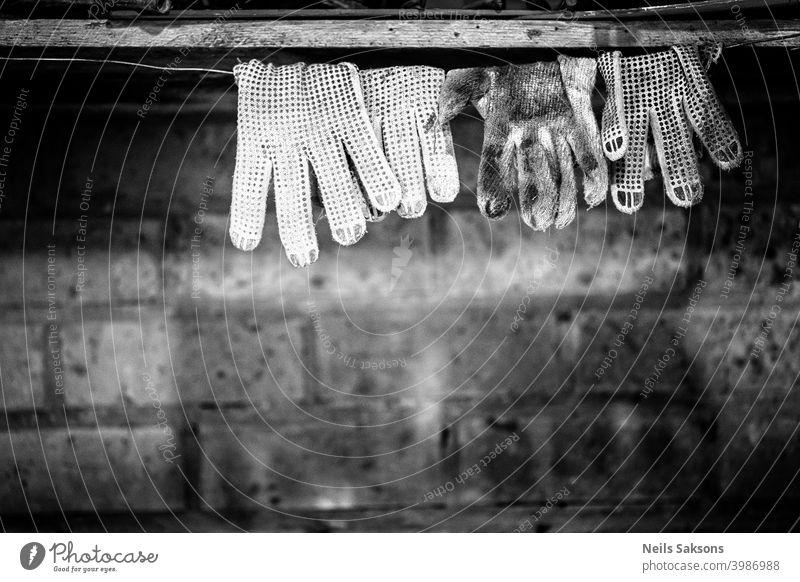 schmutzige Arbeit Handschuhe Trocknen auf Draht / Ziegel Stein Hintergrund Accessoire Unterstützung hell Sauberkeit Nahaufnahme Bekleidung Konzepte Kopie Tag
