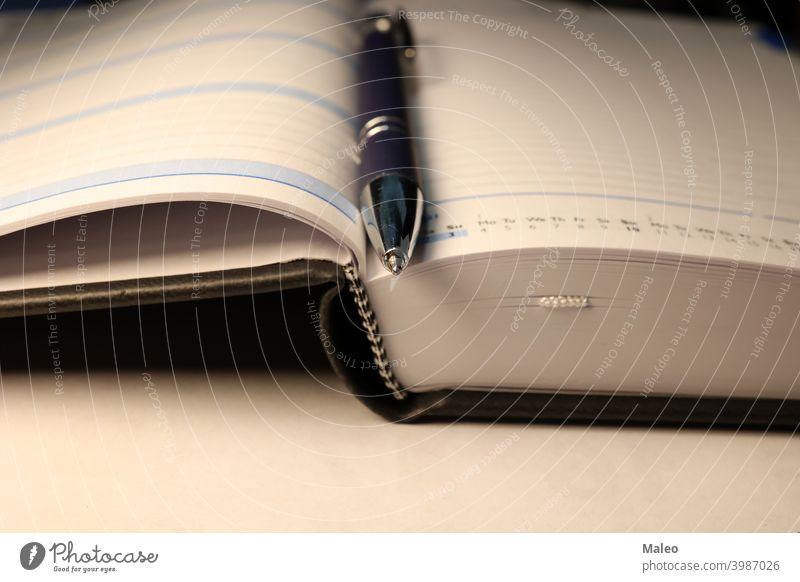 Ein Kalender und ein Stift liegen auf dem Tisch flach legen Business Schriftstück Papier Schreibstift Buch Büro Hintergrund blanko Hinweis Notebook Notizblock