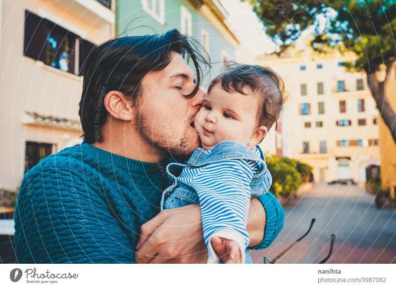 Adorable Porträt eines jungen Vaters umarmt sein Baby Fröhlichkeit Papa Familie Liebe Mundschutz behüten niedlich bezaubernd Eltern Elternschaft Single