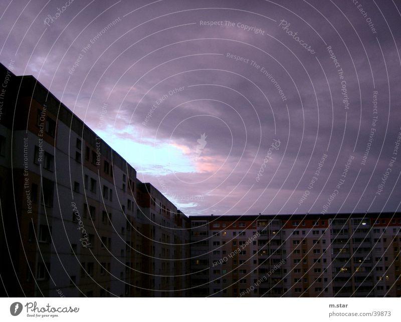 it's THUNDERING Wohngebiet Ghetto Blitze Licht Wolken schlechtes Wetter Architektur Gewitter Berlin hell