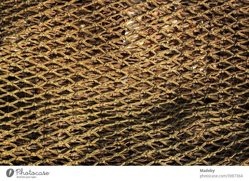 Engmaschiges Fischernetz im Licht der Abendsonne im Hafen von Dornumersiel an der Küste der Nordsee bei Esens in Ostfriesland in Niedersachsen Netz Krabbennetz