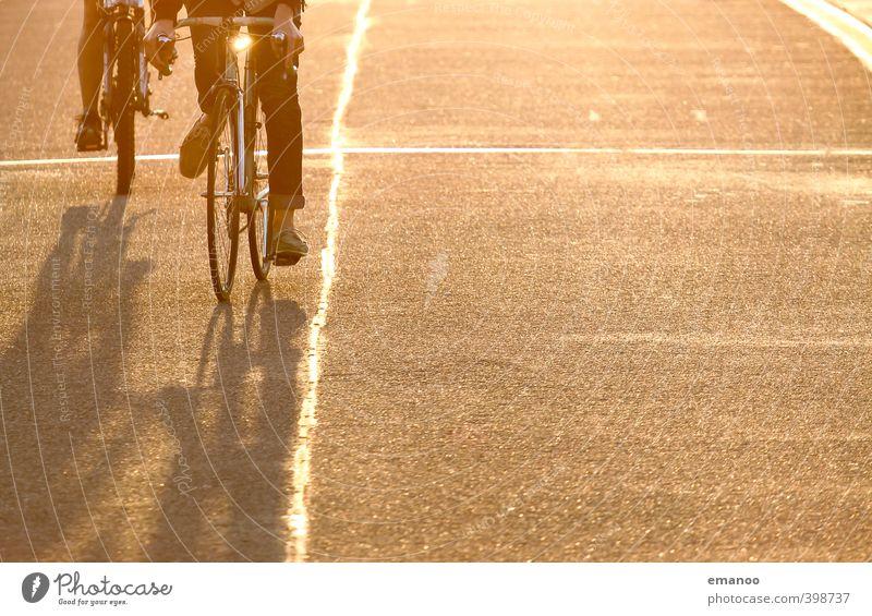 goldene Radler Mensch Frau Mann Ferien & Urlaub & Reisen Stadt Sommer Erwachsene Wärme Straße Sport Wege & Pfade Freiheit Freizeit & Hobby gold Fahrrad Verkehr