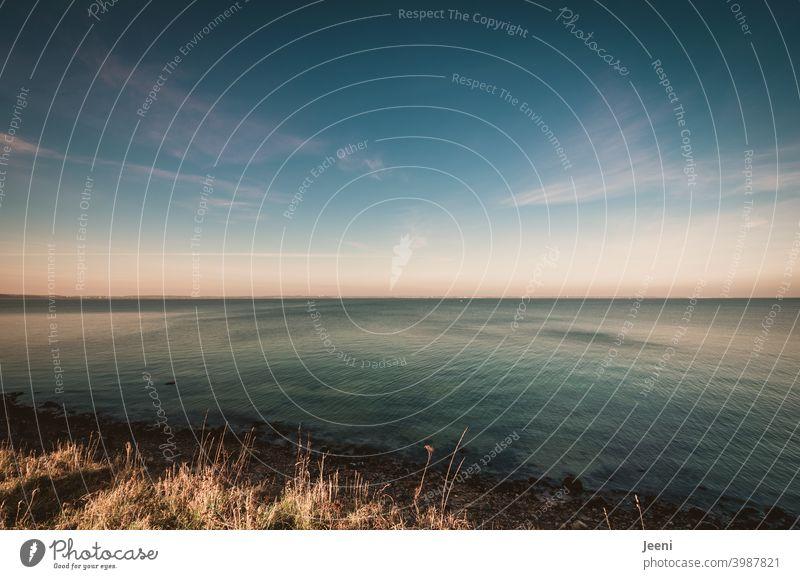 Weiter Blick von der Steilküste auf die Ostsee | Der Himmel ist zartblau, leichte Wolken sind am Himmel, die Strömung des Meeres ist zu erkennen ostseeküste
