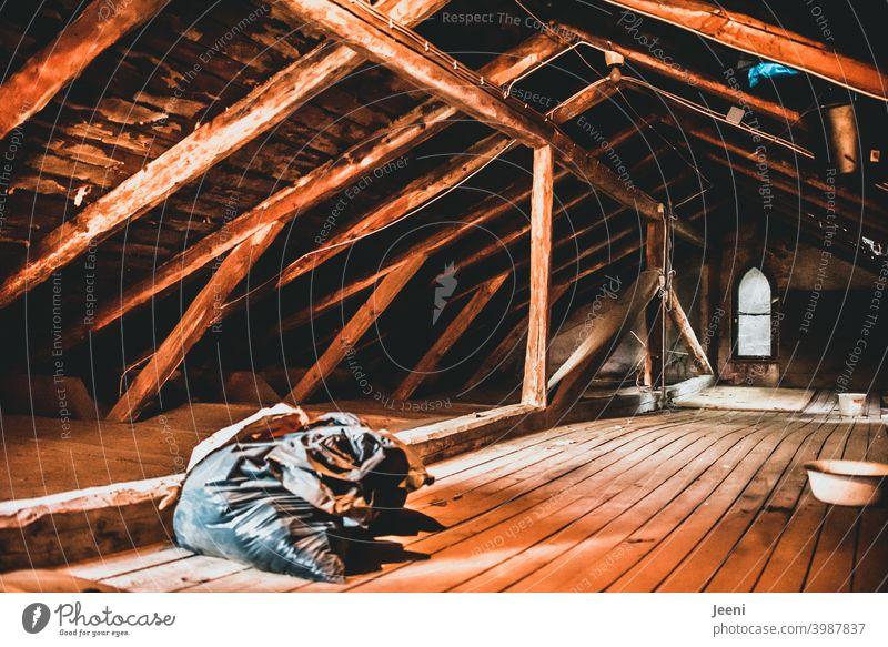 Sanierungsbedürftig | Der Dachboden eines alten Gutshauses Holzboden Gutshof Sanieren sanierungsbedürftig Dachgeschoss Dachgiebel Dachgebälk altes haus Gebälk