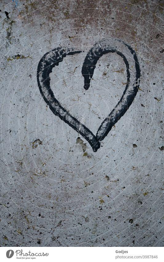 Graffiti schwarzes Herz an Betonwand gemalt Menschenleer Liebe Farbfoto Wand Mauer Außenaufnahme Zeichen Verliebtheit Romantik Gefühle Schriftzeichen Tag
