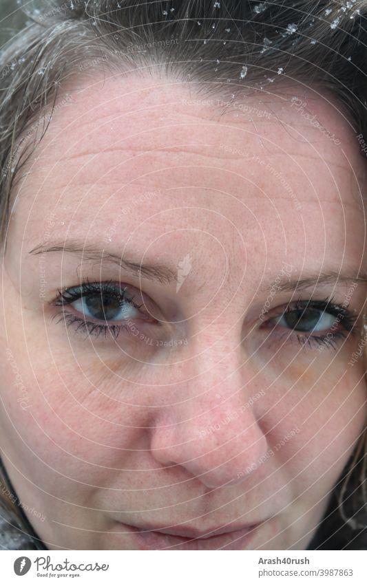 junge Frau im Schneeschauer (Selbstportrait) Junges Fräulein Gesicht Porträt müde Trauerflieger Blick in die Kamera schauen allein direkt Farbig Kälte ernst