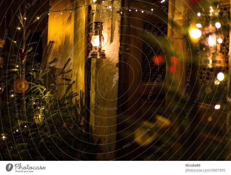 Geschmückter Hauseingang Weihnachten Beleuchtung Petroleumlaterne Lichterkette Tannenbaum Weihnachtsbaum Fichte Dekoration Weihnachtsdekoration gemütlich