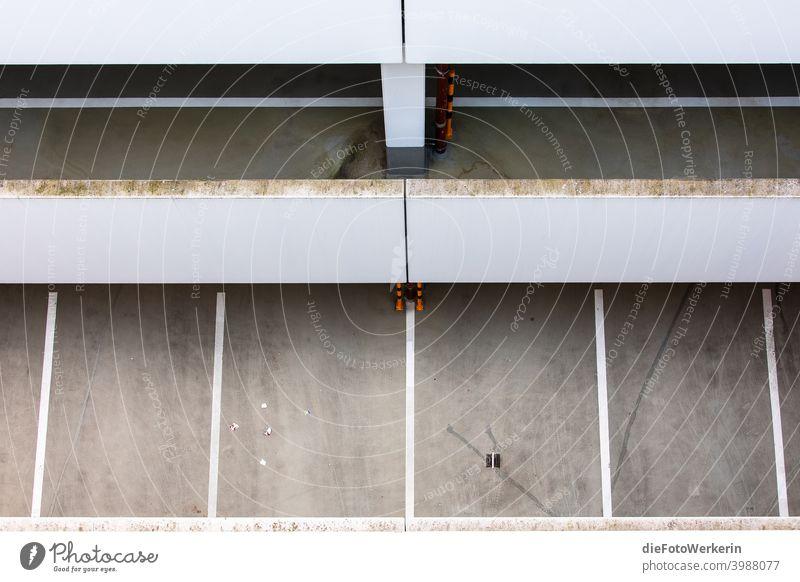 Blick von oben in ein leeres Parkhaus Architektur Menschenleer Grafische Darstellung Dortmunder U grau Gedeckte Farben Außenaufnahme Textfreiraum unten Tag