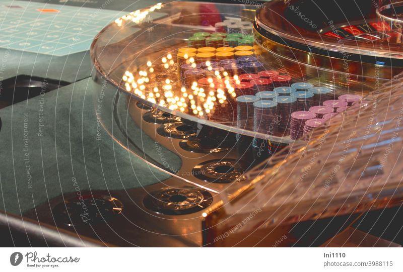Roulette Teilansicht auf Tableau Jetons und Kessel Spielmarken Glücksspiel Gewinn Spielbank Casino Spannung Nervenkitzel Spielsucht Spiegelung Roulette Tisch