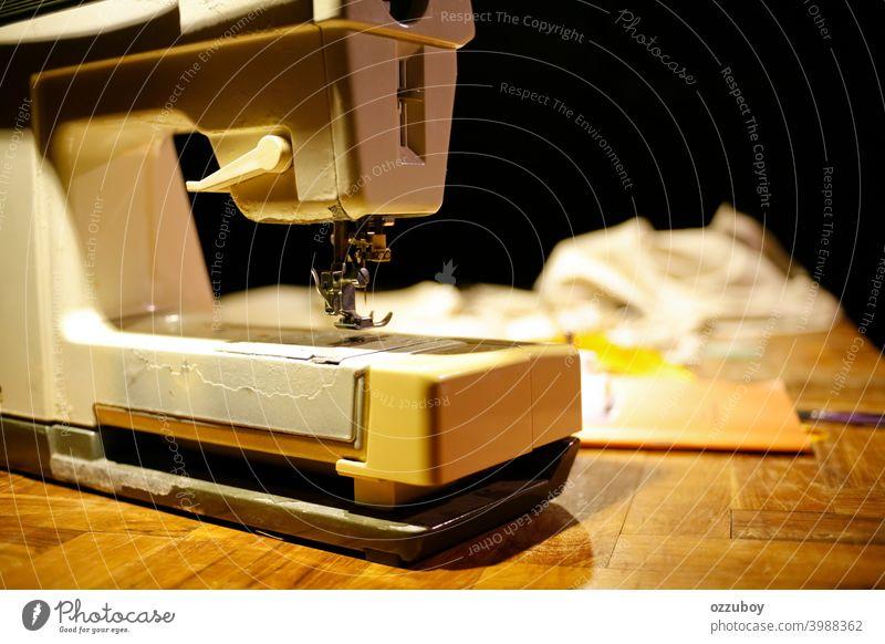 Nahaufnahme einer alten Nähmaschine Nähen Textil Schneider Gerät Mode Maschine Faser Handwerk Nadel nähen Kleidung Hobby Material Werkzeug Herstellung Arbeit