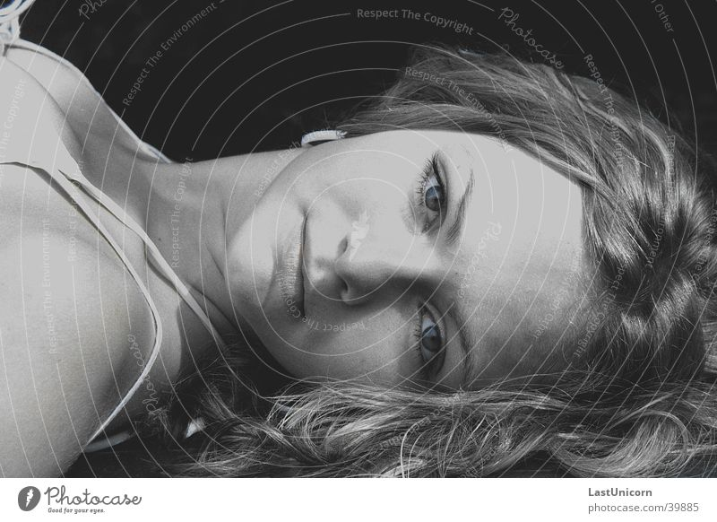 Liegende Schönheit blond Porträt nah Mensch Gesicht liegen