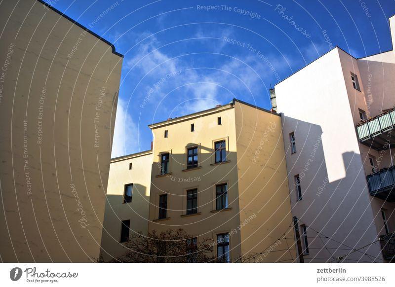 Verwinkelter Hinterhof in Schöneberg altbau außen brandmauer fassade fenster haus himmel himmelblau hinterhaus hinterhof innenhof innenstadt mehrfamilienhaus