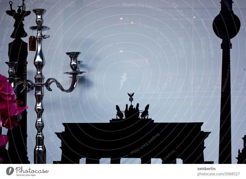 Siegessäule, Brandenburger Tor und Fernsehturm im Schaufenster abend architektur berlin bild brandenburger tor city deutschland froschperspektive hauptstadt