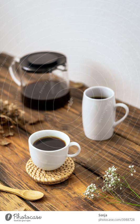 Ein gedeckter Kaffeetisch auf einem rustikalen Holztisch Kaffeepause Kaffeekanne Espresso Tasse weiß Getränk Frühstück trinken Koffein aromatisch Morgen heiß