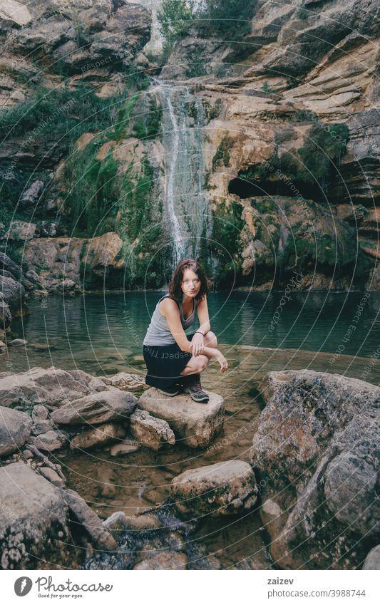 Frau neben einem Wasserfall friedlich menschlich perfekt rein entspannend Haut Person genießend Paradies alternativ Fröhlichkeit eine Person Freude Dame ruhig