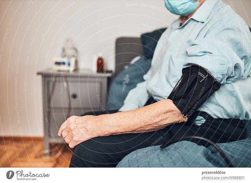 Älterer Mann misst Blutdruck und Herzfrequenz selbst. Überprüfung des Gesundheitszustands älterer Patienten, die an arterieller Hypertonie leiden geduldig