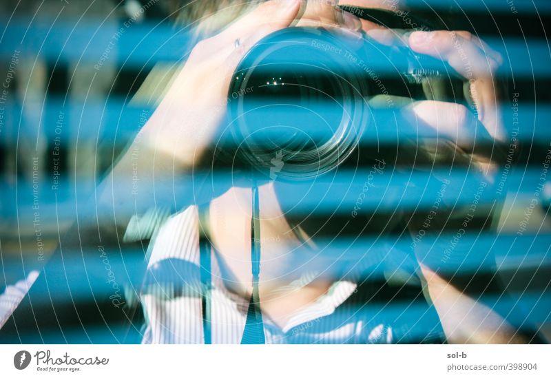 Mensch Mann blau Stadt Erwachsene Fenster Gebäude maskulin Glas Tourismus Fotografie Streifen Fotokamera Medien gruselig Wachsamkeit