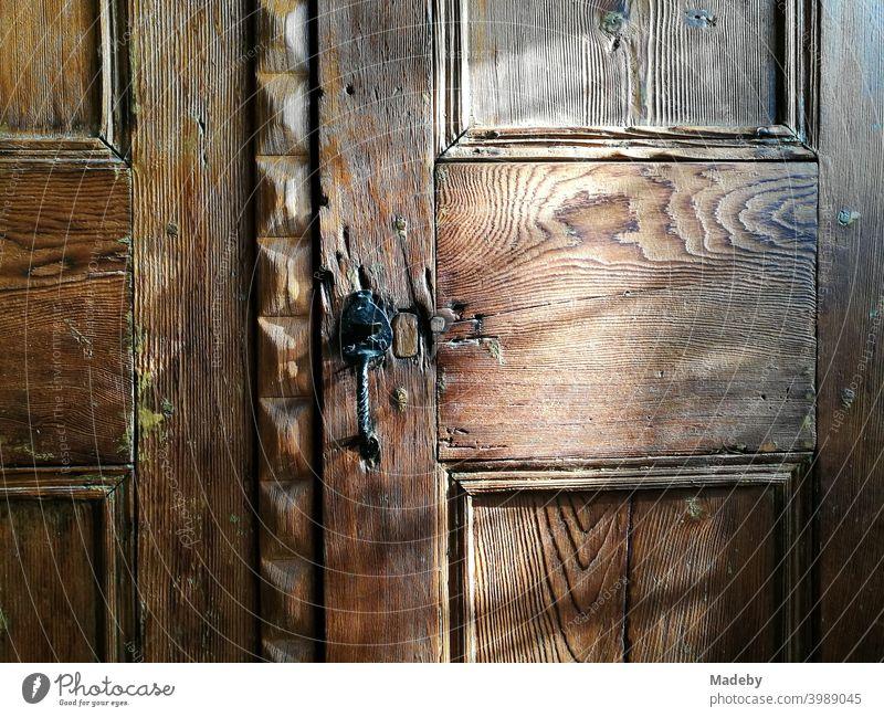 Edle Holztür eines schönen alten Kleiderschrank in einem Landhaus im Sommer bei Sonnenschein in Alacati bei Izmir am Ägäischen Meer in der Türkei Schrank